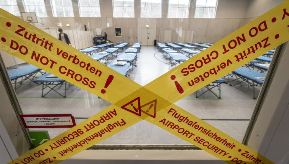 EPIDEMI: Om mange land innfører innreiseforbud, vil det internasjonale samfunnet gå i stå. Det kan ha verre konsekvenser enn epidemien selv. Det er også fare at noen land vil skjule sine epidemier for å unngå slike forbud, skriver innsenderen. Bilde fra en skole ved Frankfurt internasjonale flyplass, der sengene sto klare 31. januar. Foto: Boris Roessler / AP / NTB Scanpix