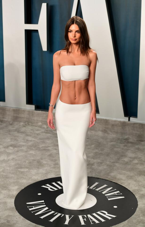 FREKT: Modell Emily Ratajkowski gikk for bar mage på Vanity Fair-etterfesten. Foto: NTB scanpix