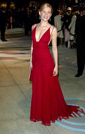 SAMME KJOLE: I 2004 hadde skuespilleren på seg den samme signalrøde kjolen på etterfesten til Vanity Fair. Foto: NTB Scanpix