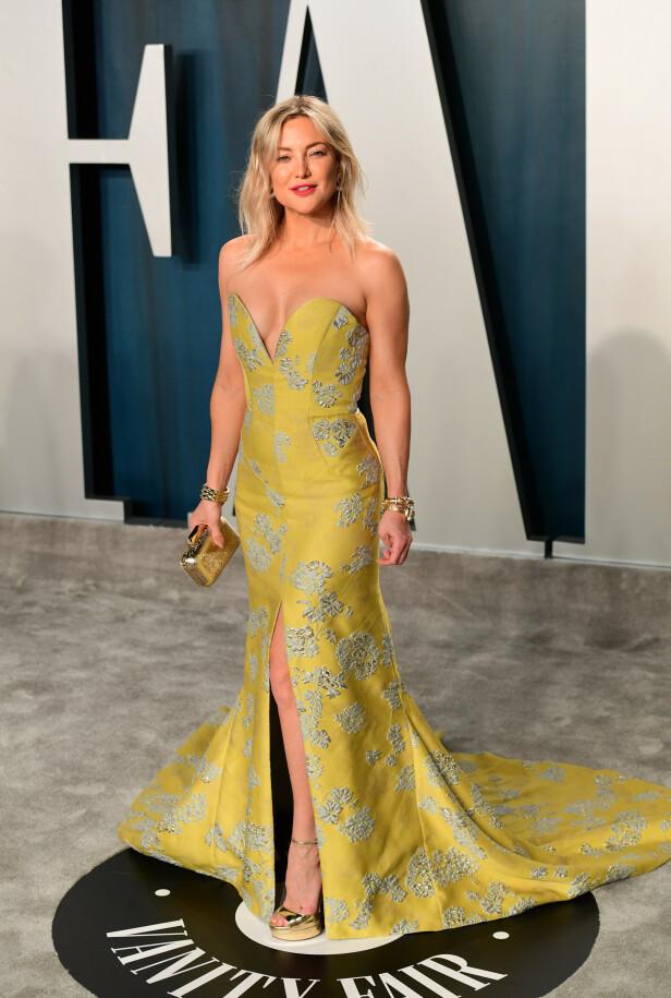 LEKKER: Hollywood-stjernen Kate Hudson hadde på seg en gulfarget kjole med med både slep og splitt. Foto: NTB Scanpix