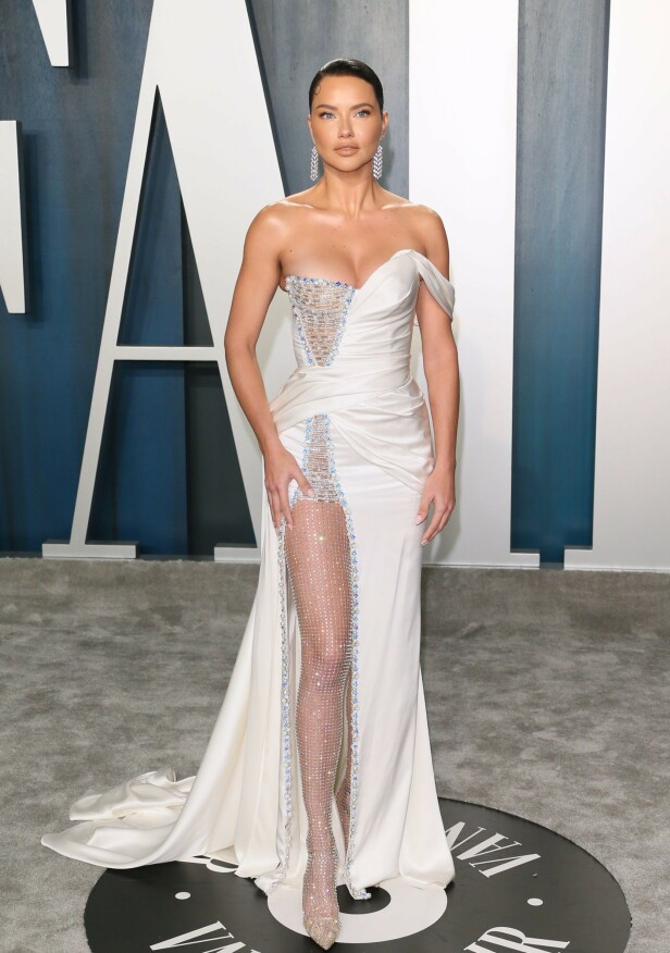 SUPERMODELL: Adriana Lima dukket opp i en hvit kjole med en høy splitt, dyp utrigning og et slep med lekre perledetaljer. Foto: NTB Scanpix