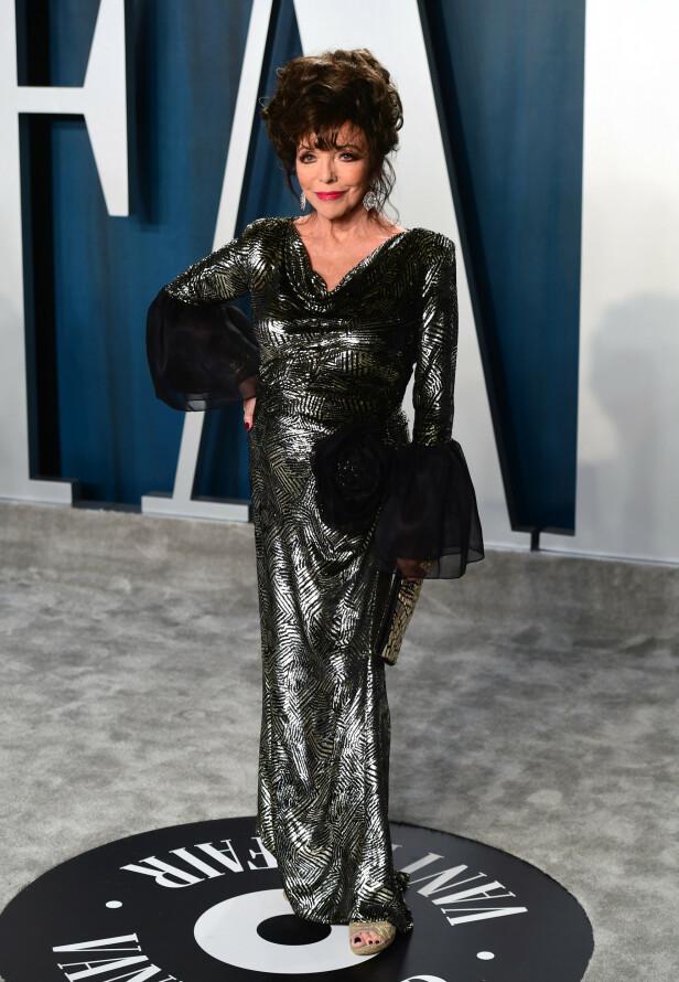METALLISK: Den britiske skuespilleren Joan Collins dukket opp i en metallisk lang kjole med svarte tyllermer. Foto: NTB Scanpix