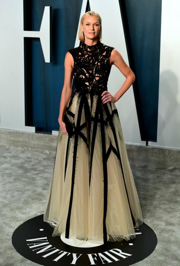 DETALJRIK KJOLE: Skuespiller Sarah Murdoch hadde på seg en lang kjole som inneholdt flere detaljer og utskjæringer. Foto: NTB Scanpix