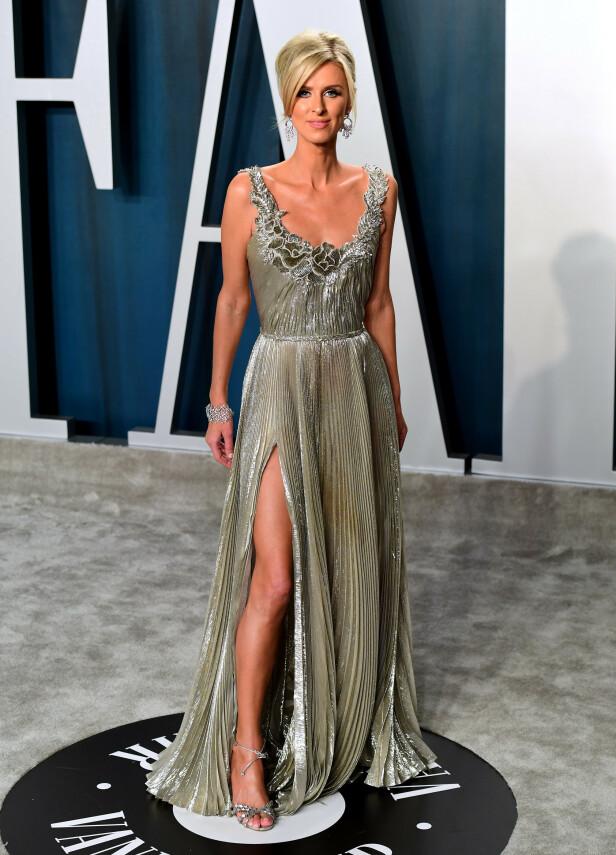 BLOMSTERDETALJER: Nicky Hilton Rothschild hadde også en kjole med en høy splitt. Kjolen var skinnende og inneholdt blomsterdetaljer ved brystpartiet. Foto: NTB Scanpix