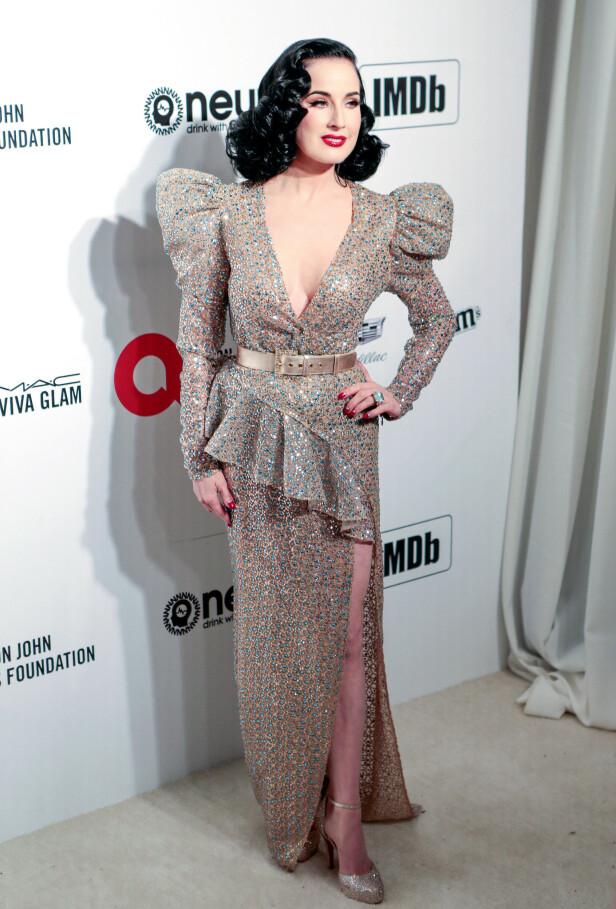 GLITTER OG STAS: Modell Dita Von Teese hadde på seg en lekker glitrende kjole med puffermer og et belte for å fremheve midjen. Foto: NTB Scanpix