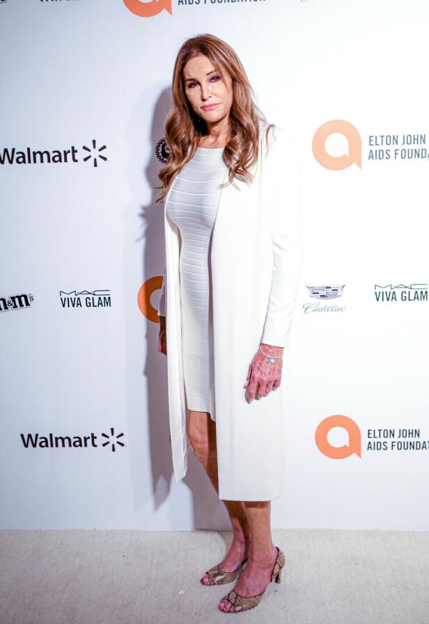 HVITT: Realitystjernen Caitlyn Jenner tok på seg en enkel hvit kjole med en hvit frakk i anledning Elton Johns etterfest. Foto: NTB Scanpix