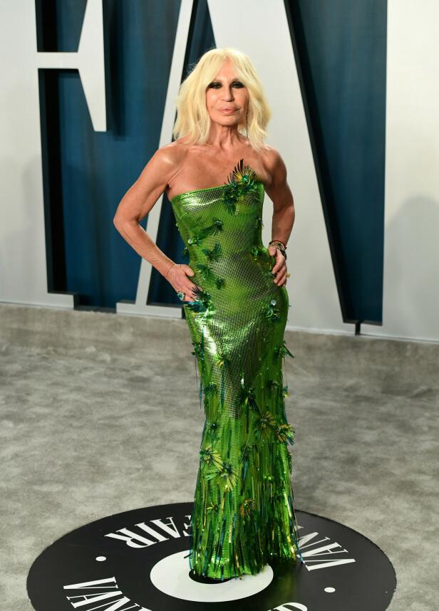 VÅGAL: Donatella Versace poserte i en grønn kreasjon på Vanity Fair sin etterfest. Foto: NTB Scanpix