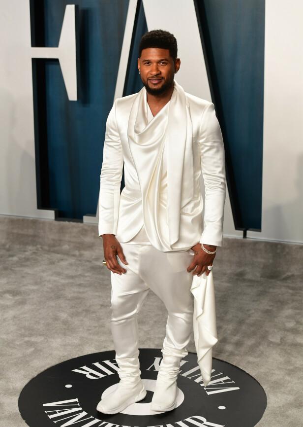 SILKE: Artist Usher valgte å kle seg i et helhvitt antrekk i silke. Foto: NTB Scanpix