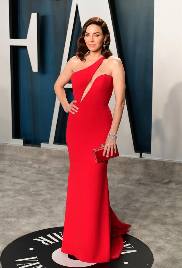 STRÅLTE I RØDT: Komiker Whitney Cummings hadde på seg en tettsittende rød kjole med en matchende clutch til. Foto: NTB Scanpix