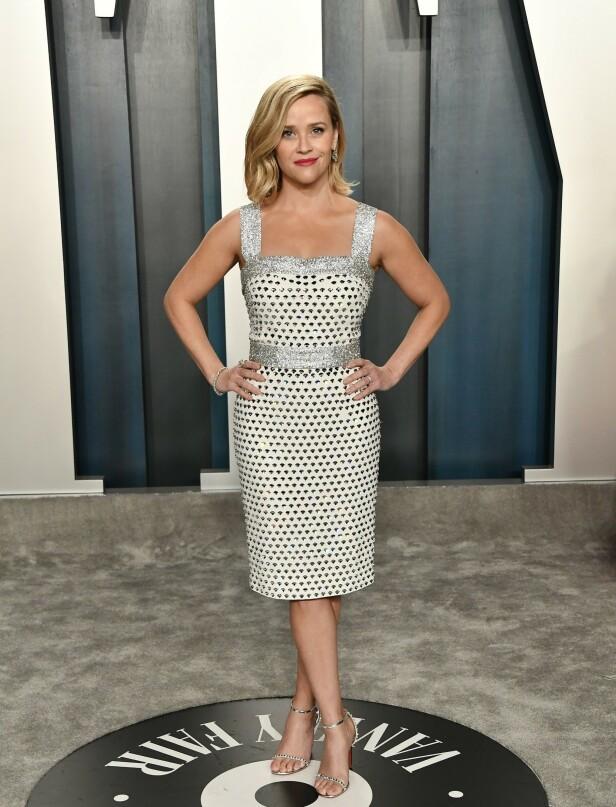 POSERTE: Hollywood-stjernen Reese Witherspoon poserte velvillig foran kameraene iført en cocktailkjole fra Dolce & Gabbana. Til kjolen valgte skuespilleren et par sko fra Loboutin. Foto: NTB Scanpix