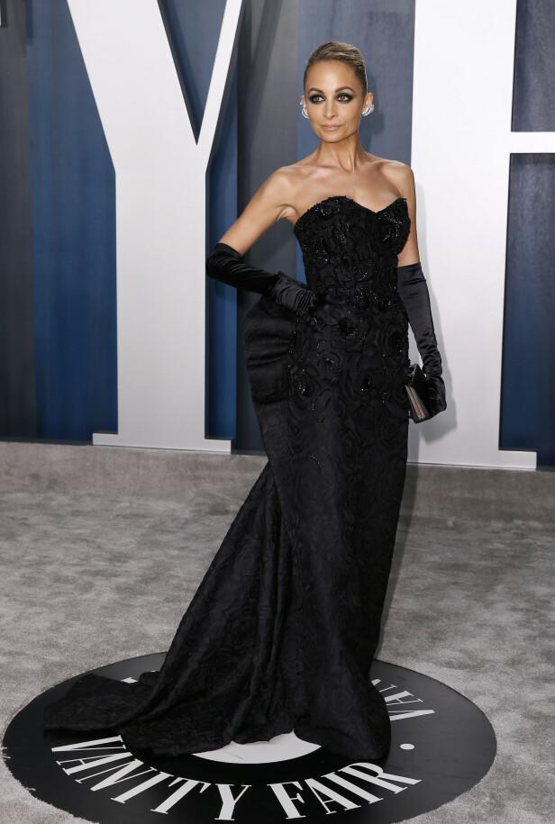 GLAMORØS: Nicole Richie ankom Vanity Fairs etterfest iført en stroppeløs svart kjole som var dekorert med krystaller og med en sløyfe på ryggen. Til kjolen valgte Richie å ha på seg silkehansker. Foto: NTB Scanpix