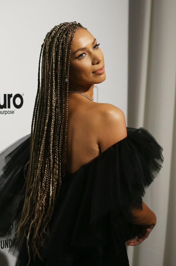 DYP RYGG: Sanger Leona Lewis dukket opp i en svart tettsittende kjole med tyllkant ved brystpartiet. Til kjolen valgte Lewis å gå for rastafletter som hårfrisyre. Foto: NTB Scanpix