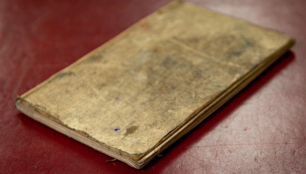 104 ÅR GAMMEL: Den gamle dagboka skildrer blant annet den første dagen av slaget ved Somme. Foto: Jacob King / PA Wire / NTB scanpix