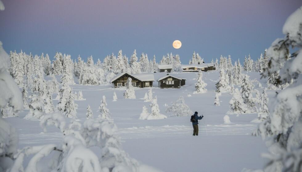 CORONA-KNUST: Det høye smittetrykket i enkelte områder i Norge ødelegger drømmen om hyttepåske for mange. Foto: Berit Roald / NTB