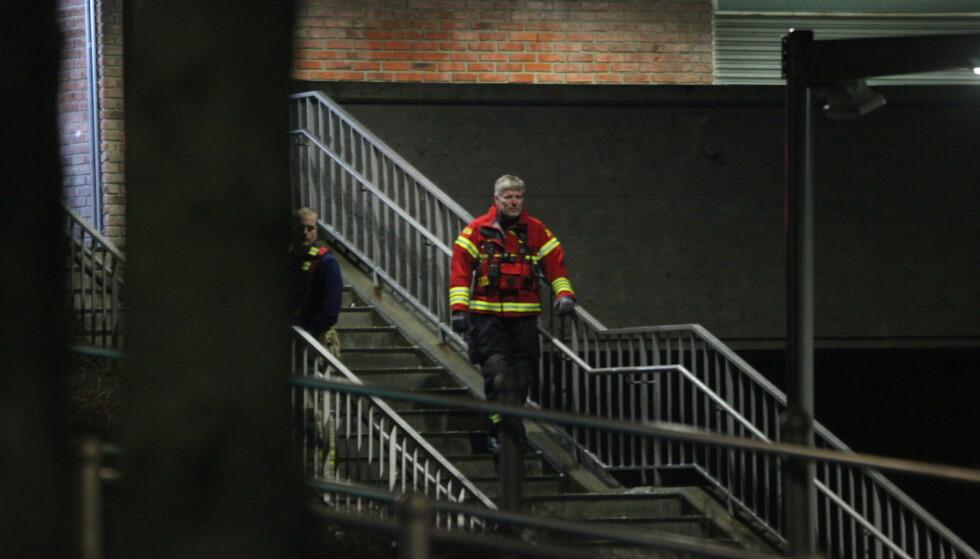 RYKKET UT: Brannvesenet var på stedet kort tid etter knivstikkingen seint på kvelden lørdag 1. februar. Foto: Frank Evensen / Photorunner