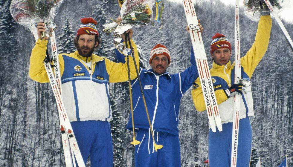 Gullski: Maurilo De Zolt omkranset av Thomas Wassberg (t.v.) og Torgny Mogren etter å ha tatt et sensasjonelt gull på femmila i VM i 1987. Hele skiverdenen lurte på hva vinneren smurte med. Foto: NTB-scanpix
