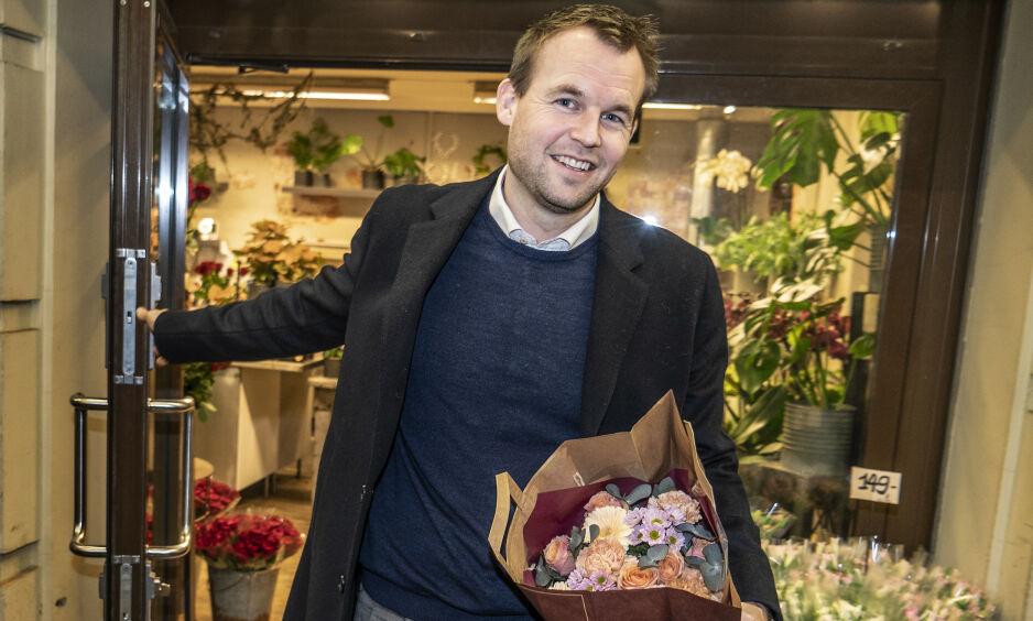 VALENTINER: KrF-leder Kjell Ingolf Ropstad kjøpte med seg en bukett hjem til kona Arnbjørg. I 2020 har regjeringen satt av 30 millioner kroner til samlivskurs - Ropstad og kona har vært på fire stykker og anbefaler dem på det varmeste. Foto: Hans Arne Vedlog / Dagbladet