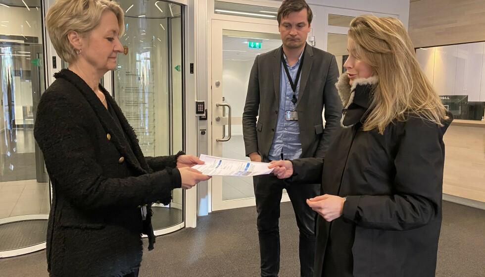 UNDERSKRIFTER: Her gir initiativtaker Lina Aas-Eng 7000 underskrifter mot statsstøtten til HRS til statssekretær Hilde Barstad i Justisdepartementet. Foto: Privat