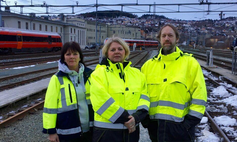 SPARKET: Kirsti Hokseggen Midtlyng (fra venstre), Wenche Bye og Kim Bakken er blant de 23 renholderne som har fått sparken etter at SJ vant anbudet på Nordlandsbanen. Foto: Privat