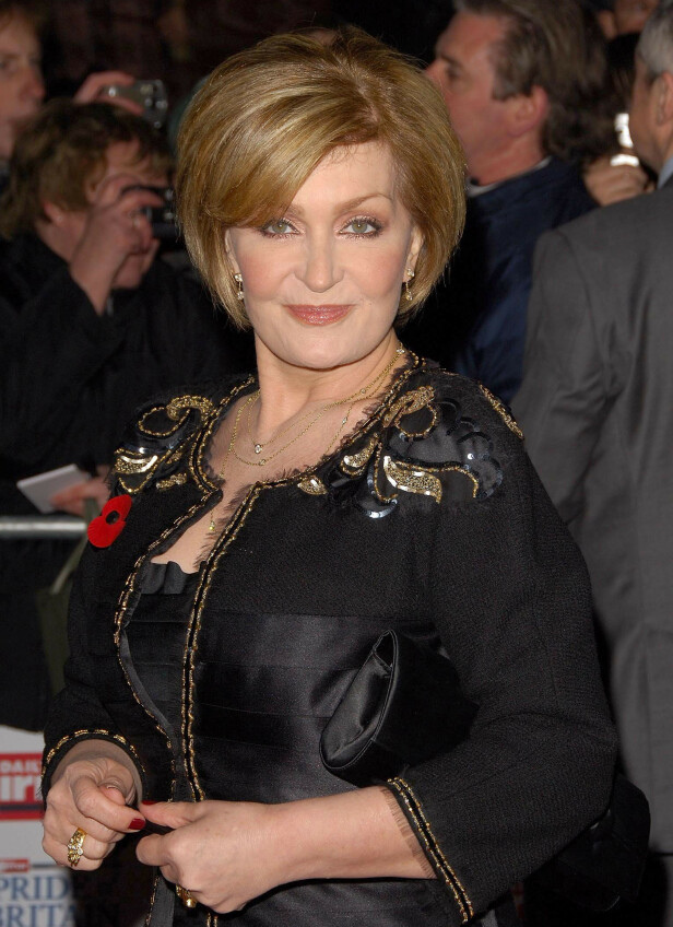 DEN GANG DA: Sharon Osbourne har hatt ulike frisyrer og hårfarger gjennom årenes løp, men har de siste årene vært kjent for sine røde lokker. Her er hun derimot avbildet med honningfarget hår på Pride of Britain Awards i 2006. Foto: NTB scanpix