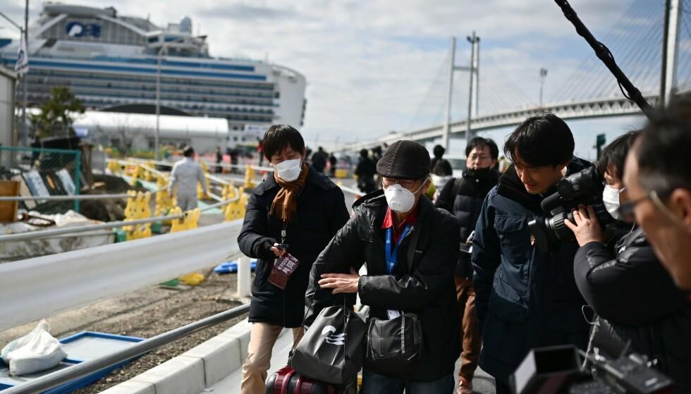 FÅR FORLATE: Passasjerer om bord cruiseskipet Diamond Princess får forlate skipet etter 14 dager karantene. Foto: Charly Triballeau / AFP / NTB scanpix