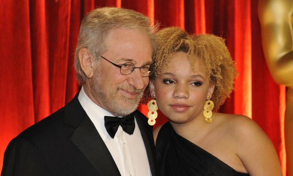 FAR OG DATTER: Den berømte regissøren Stevens Spielbergs datter, Mikaela Spielberg, avslørte nylig at hun har begynt i pornoindustrien. Her er far og datter under Oscar-utdelinga i 2009. Foto: NTB Scanpix