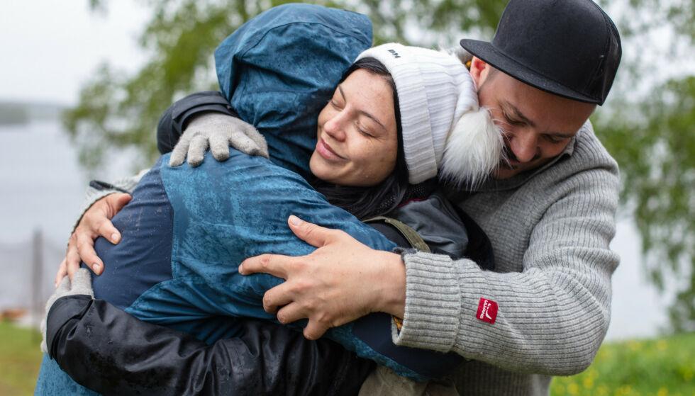 KLEM: Bakken fikk en gruppeklem av de andre deltakerne da hun kunngjorde at hun skulle trekke seg. Foto: Alex Iversen / TV 2