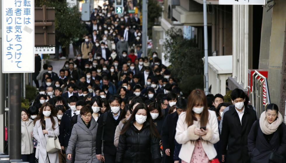 MUNNBIND: Nesten alle kineserne bærer munnbind utendørs. Norske apotekkjeder opplever at også nordmenn har kjøpt inn munnbind. Ingen av de tre største kjedene har nå munnbind igjen på lageret. Foto: Kiichiro Sato, / AP / Scanpix