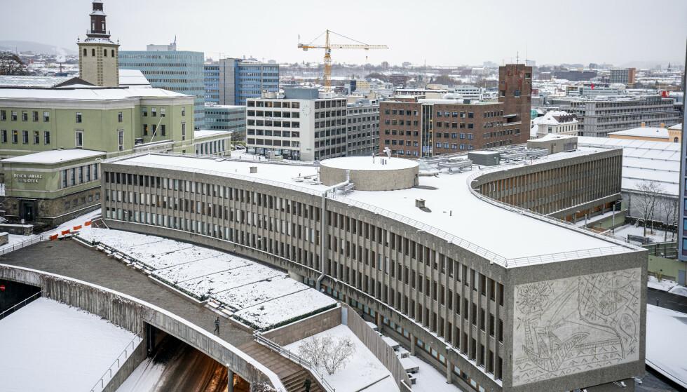 RIVES FØR PÅSKE: Kommunaldepartementet avviser klagene på vedtakene, og sender i dag brev til Statsbygg om at rivingen av Y-blokka skal skje før påske. Foto: NTB/Scanpix.