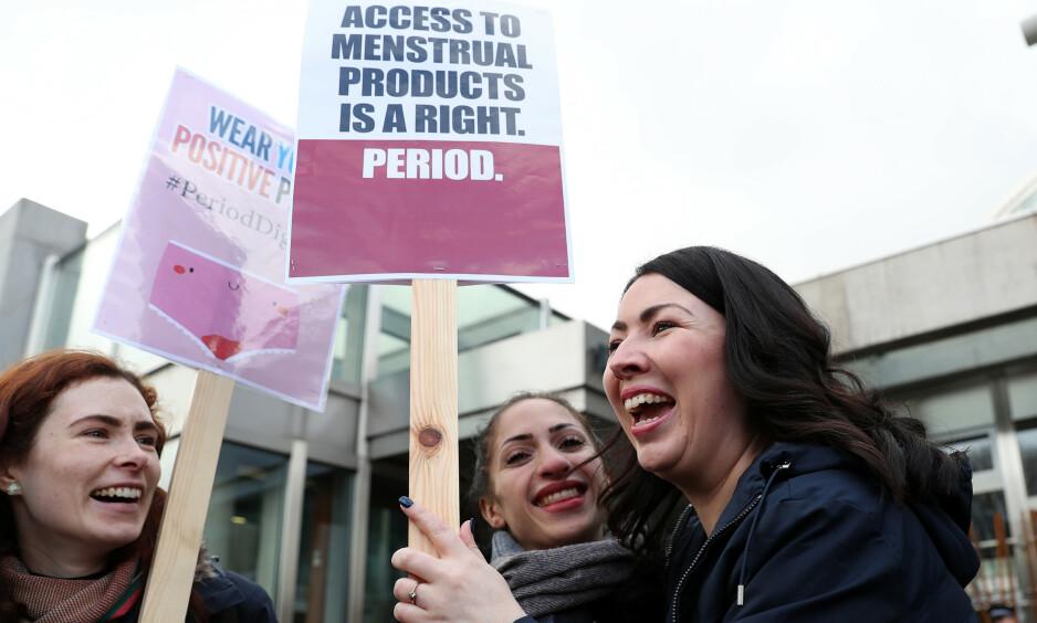 GRATIS: Skottland kan bli det første landet i verden til å tilby gratis sanitetsprodukter til kvinner. Det var politiker Monica Lennon (til høyre) som fremmet forslaget i det skotske parlamentet. Foto: Pa Photos