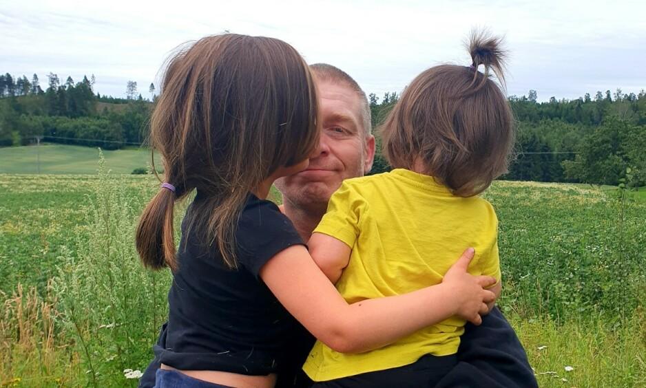FIKK DATTEREN HJEM: Ken og Vibeke fikk eldstedatteren hjem etter mer enn tre års kamp. I fjor høst vant de mot Norge i Strasbourg. Foto: Privat