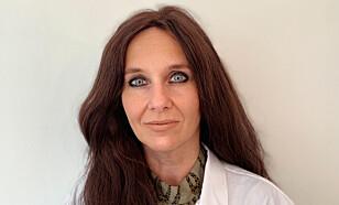 LITT HYSTERI: Farmasøyt Signe Lill Andersen opplever pågangen etter munnbind som litt hysterisk. Hun oppgir at munnbind er best for å redusere smitte blant smittede, ikke for å forhindre at friske blir syke.