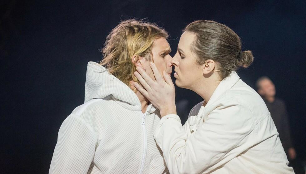 KYSSER: I musikalen «Jesus Christ Superstar» er det en scene hvor Jesus kysser Judas. Det har vakt reaksjoner i salen. Foto: Trøndelag Teater