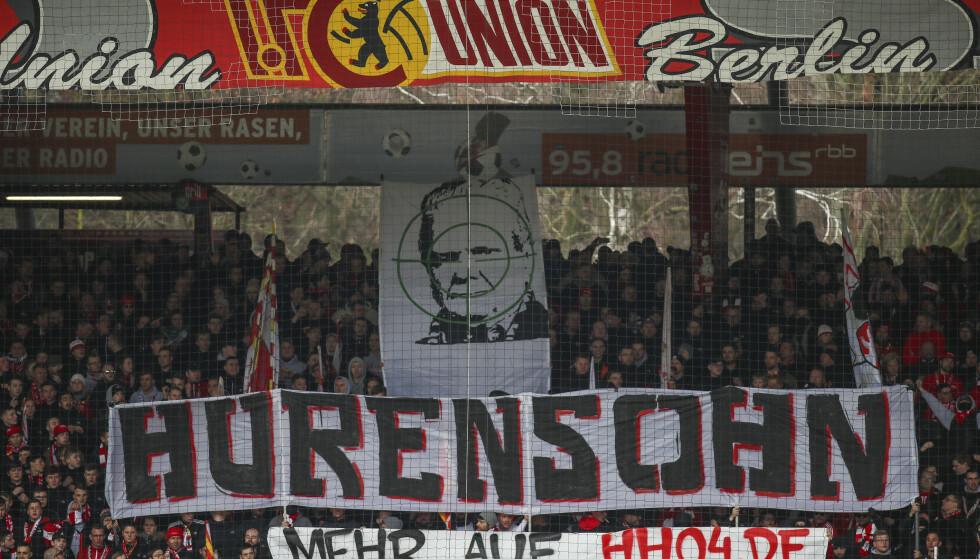 IKKE HYGGELIG: Fansen er rasende på Dietmar Hopp. Foto: Andreas Gora/dpa via AP