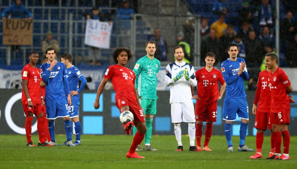 LEKTE SEG: Fotballstjernene svarte på supporternes protest - ved å motprotestere. Foto: REUTERS/Kai Pfaffenbach