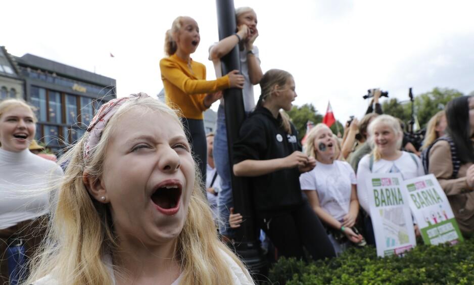KLIMABRØL: Klimasaken engasjerer mange, men slett ikke alle er like overbevist om at klimaendringene er menneskeskapte som 11 år gamle Bettina Skjerstad-Hansen fra Tåsen. Hun var blant de mange som brølte for klimaet foran Stortinget i fjor. Foto: Ole Berg-Rusten / NTB scanpix