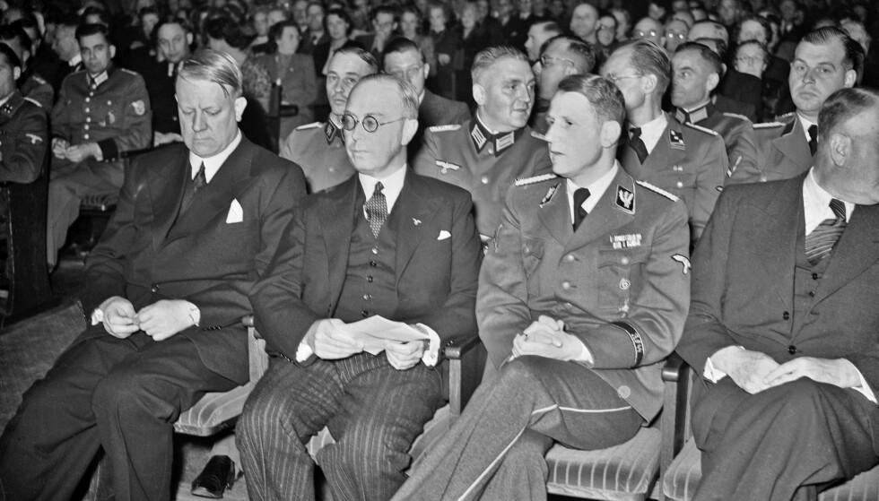 NAZISTER: Ny bok forteller historien til den hemmelige Normannaklubben. Bildet viser ikke Normannaklubben, men NS-leder Vidkun Quisling (til venstre) under SS-gruppefører dr. Leonardo Contis foredrag i Aulaen i 1941. Foto: NTB scanpix