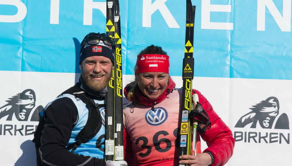 FÅR IKKE ÆRESPRIS: Martin Johnsrud Sundby og Justyna Kowalczyk, her etter triumf i Birkebeinerrennet. Foto: Birken/ Vebjørn Rakvaag