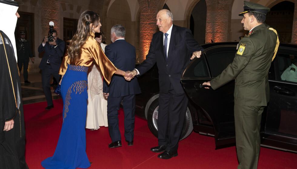 ØNSKET VELKOMMEN: Dronning Rania ønsker kong Harald velkommen til bankettmiddagen. Foto: Andreas Fadum/ Se og Hør