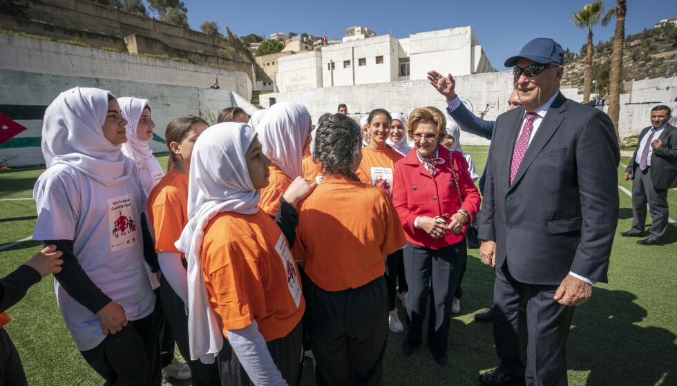 HYGGELIG MØTE: Kong Harald og dronning Sonja hilser på jordanske og syriske fotballjenter på en skole utenfor Amman. Jentene, der noen er syriske flyktinger, inngår i et prosjekt i regi av Norges fotballforbund der integrering gjennom utdanning og fotball er i fokus. Foto: Heiko Junge / NTB scanpix