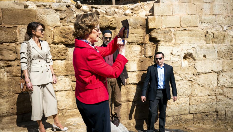 OPPDATERT: Dronning Sonja fant tilsynelatende frem smarttelefonen og fotograferte stedet ved den østlige bredden av Jordanelven der Jesus ble døpt av Johannes døperen. Foto: Heiko Junge / NTB scanpix
