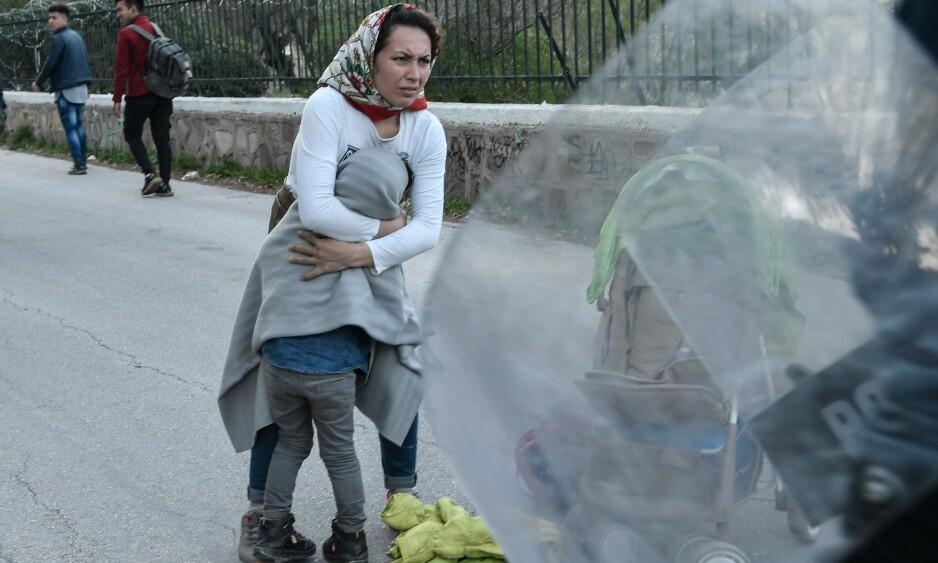 PÅ FLUKT: Når greske militære møter mennesker på flukt med våpen, og kaster tåregass mot barn for å forhindre dem i å ta seg til Europa, skjer det i vårt navn, skriver innsenderen. Foto fra havna på Lesbos der flyktninger blir jagd vekk fra ferjene som går til Aten: Louisa Gouliamaki / AFP / NTB Scanpix
