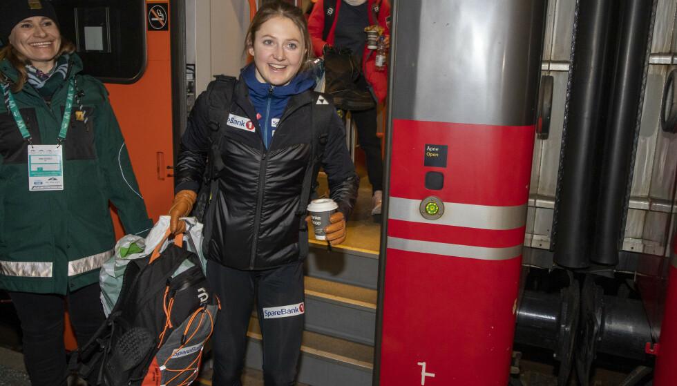 PÅ TOPP: Ingvild Flugstad Østberg på vei fra Meråker etter den flotte etappen under Ski Tour 2020. To uker seinere kom det første tretthetsbruddet, og seinere har hun slitt med å få kroppen klar for toppidrett. Da er det ingen grunn for oss til å gjøre veien tilbake vanskeligere for henne. FOTO: Terje Pedersen / NTB scanpix