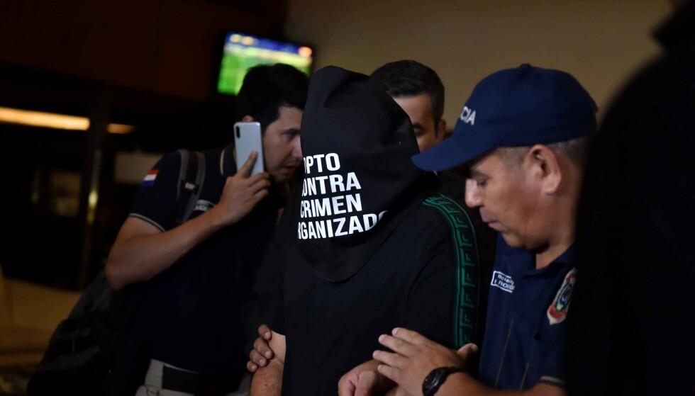 PÅGREPET: Her pågripes en mann på golfklubben som Ronaldinho ble funnet i Paraguay. Foto: NORBERTO DUARTE / AFP / NTB Scanpix