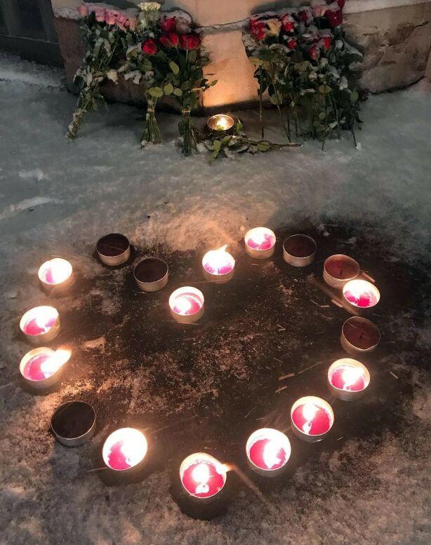 SAMLET: Familie og venner samlet seg for å tenne lys og legge ned blomster søndag kveld. Foto: Privat