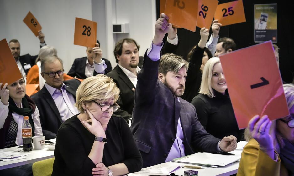PATRIOTER: Oslo Frp's siste politiske stunt bør være en advarsel for alle som noen gang ønsker å samarbeide, eller ta dem for noe annet enn hva de faktisk er, skriver innsenderen. Lokallagets årsmøte, 29. februar, gikk inn for å gjøre partiet til et patriotisk fyrtårn. Christian Tybring-Gjedde (i midten), var en av arkitektene bak forslaget. Foto: Lars Eivind Bones / Dagbladet
