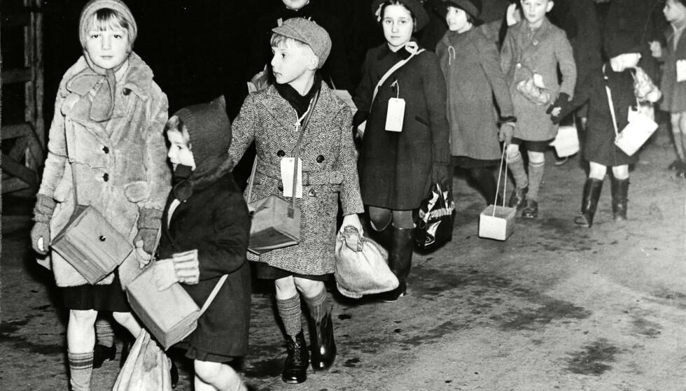 KRIGSBARN: Forfatteren av «Den engelske pasienten» har skrevet nok en gripende roman om krigens mange ofre, skriver Dagbladets anmelder. Her barn som evakueres på Waterloo stasjon i London i 1939. Foto: ANL/REX/ NTB scanpix