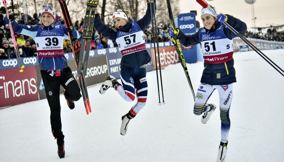 - DUMT: Ebba Andersson, lengst til høyre i bildet, reagerer på at langrennskvinnene bes om å hoppe for kameraenes skyld etter rennene. Foto: Björn Larsson Rosvall/TT / NTB scanpix