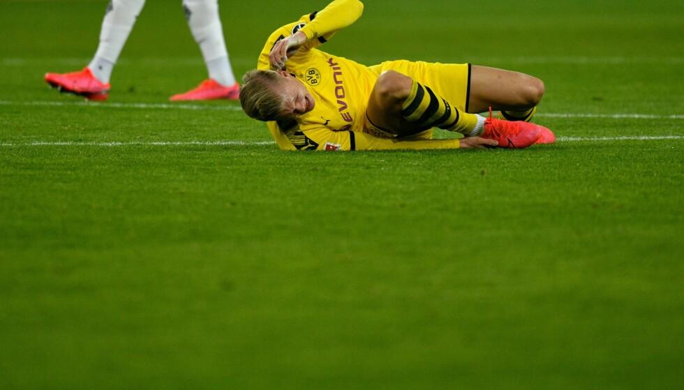 TØFF DUELL: Haaland ble liggende nede etter en duell. Foto: SASCHA SCHUERMANN / AFP