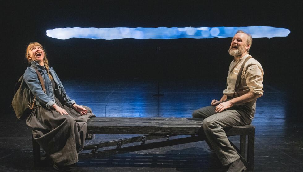JORDNÆRT OG LUFTIG: Heidi Gjermundsen Broch og Jon Bleiklie Devik på seifiske i «Slåttekar i himmelen», et samarbeid mellom Det Norske Teatret og Teatret Vårt. Foto: Dag Jenssen, Det Norske Teatret
